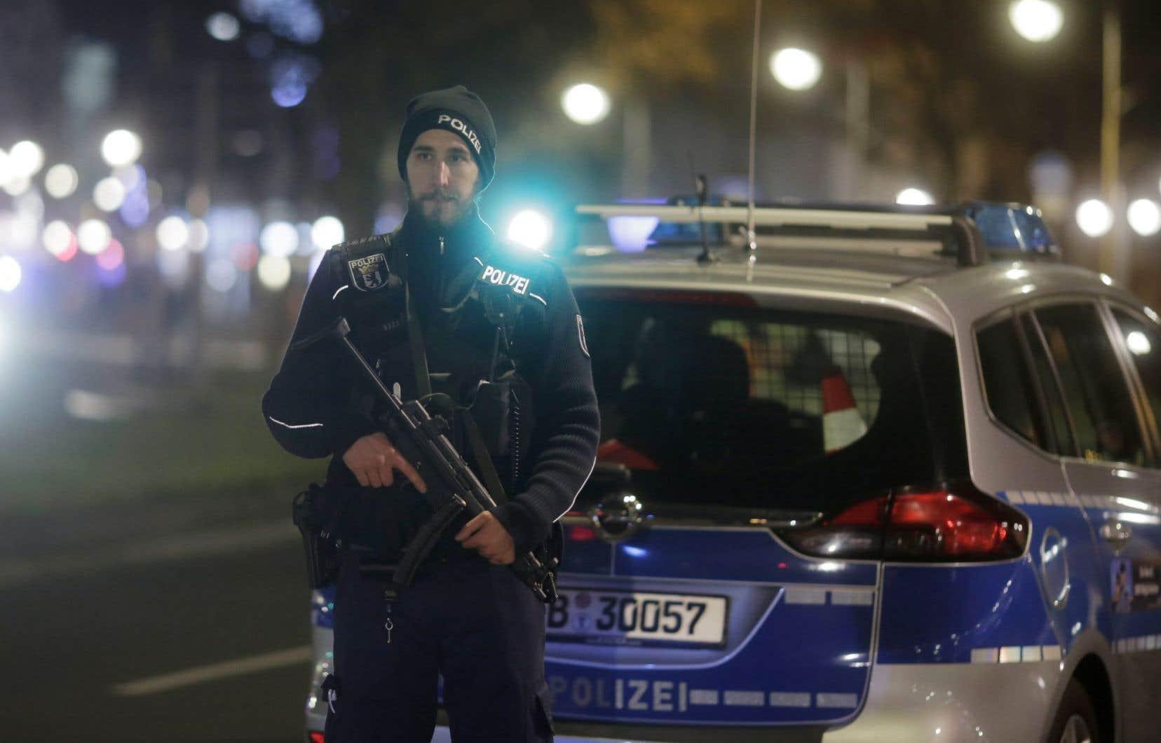 Un policier berlinois sur les lieux de l'attentat de lundi. L'Allemagne n'est pas «aussi obsédée» par les mesures de sécurité que la France, ce qui peut rendre un attentat possible, expliqueYan St-Pierre.