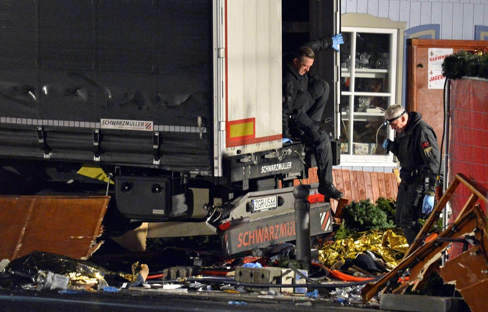 Dans un acte rappelant l'attentat de Nice du 14juillet dernier, un camion a foncé sur la foule de l'un des marchés de Noël les plus achalandés de Berlin.