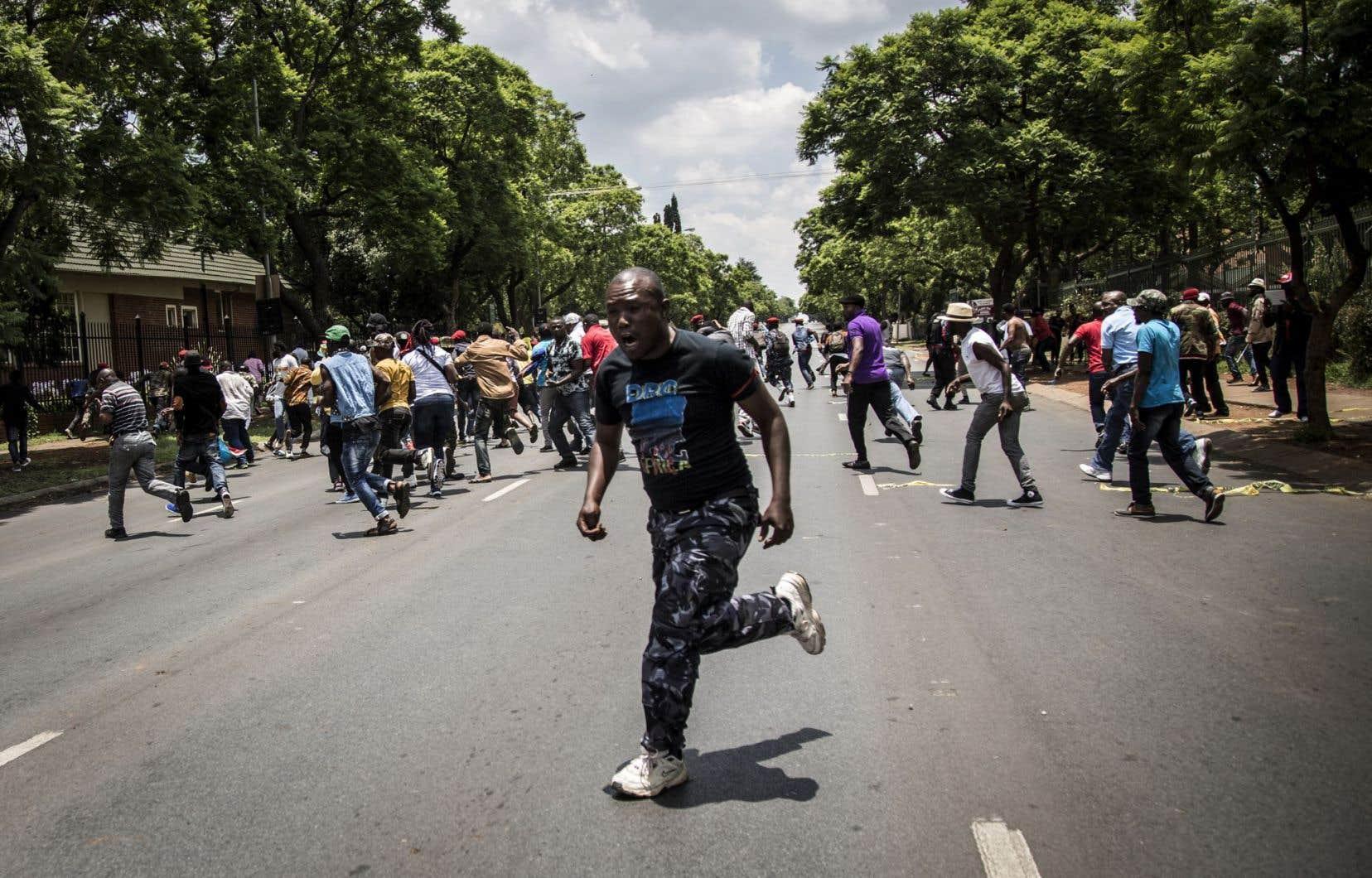 Des manifestants congolais opposés à Joseph Kabila se sont rassemblés devant l'ambassade de la RDC à Pretoria, en Afrique du Sud, mardi, avant d'être dispersés par la police.