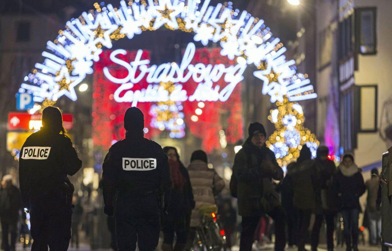 Des policiers montent la garde aux abords du marché de Noël de Strasbourg, en France, au lendemain de l'attaque de Berlin.