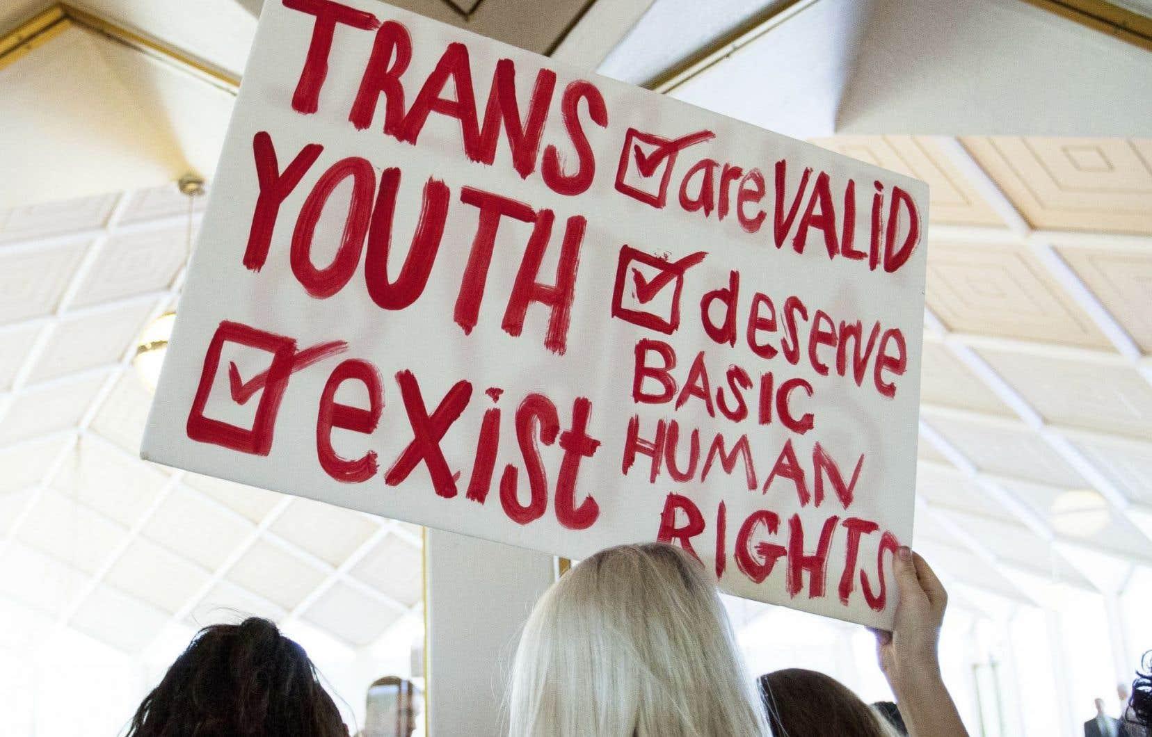 Des manifestants se sont rassemblésdevant l'Assemblée générale à Raleigh, mercredi, pour faire valoir les droits des personnes transgenres.