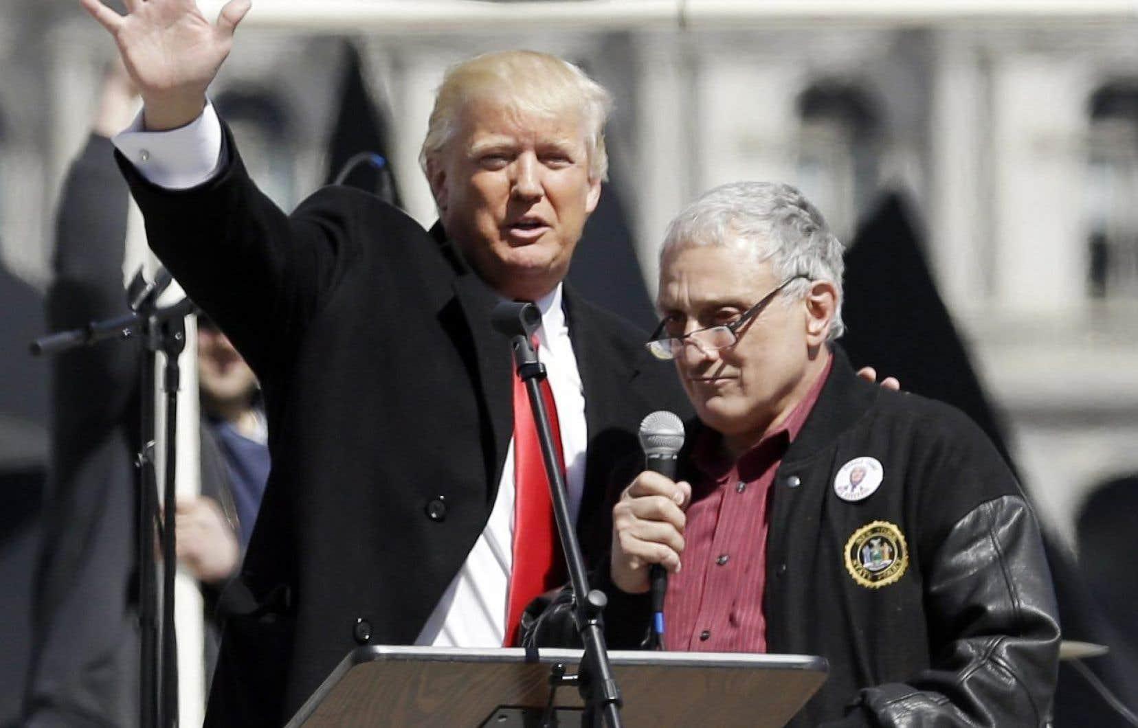 Carl Paladino, le coprésident de la campagne de Donald Trump dans l'État de New York, aux côtés de celui qui est devenu depuis le président désigné des États-Unis