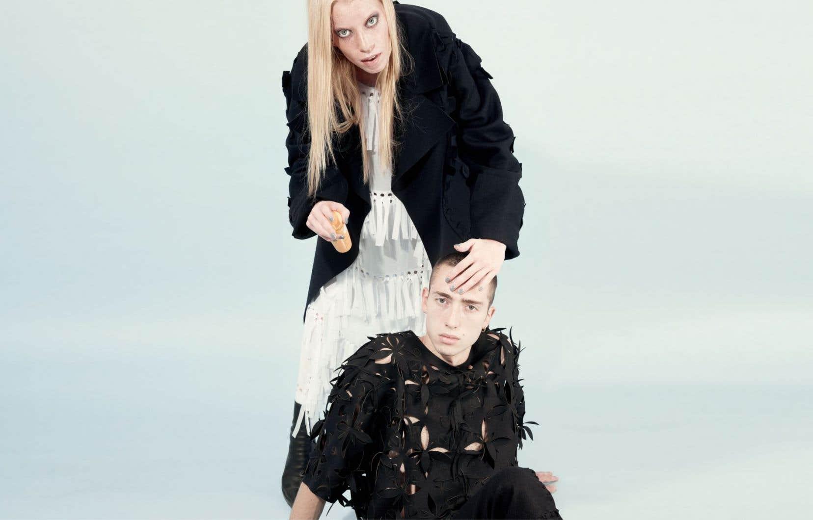 Vêtement féminin: une création signée Kjell de Meersman. Vêtement masculin: une conception d'Emmanuel Ryngaert. Tous deux pour The post-couture collective.