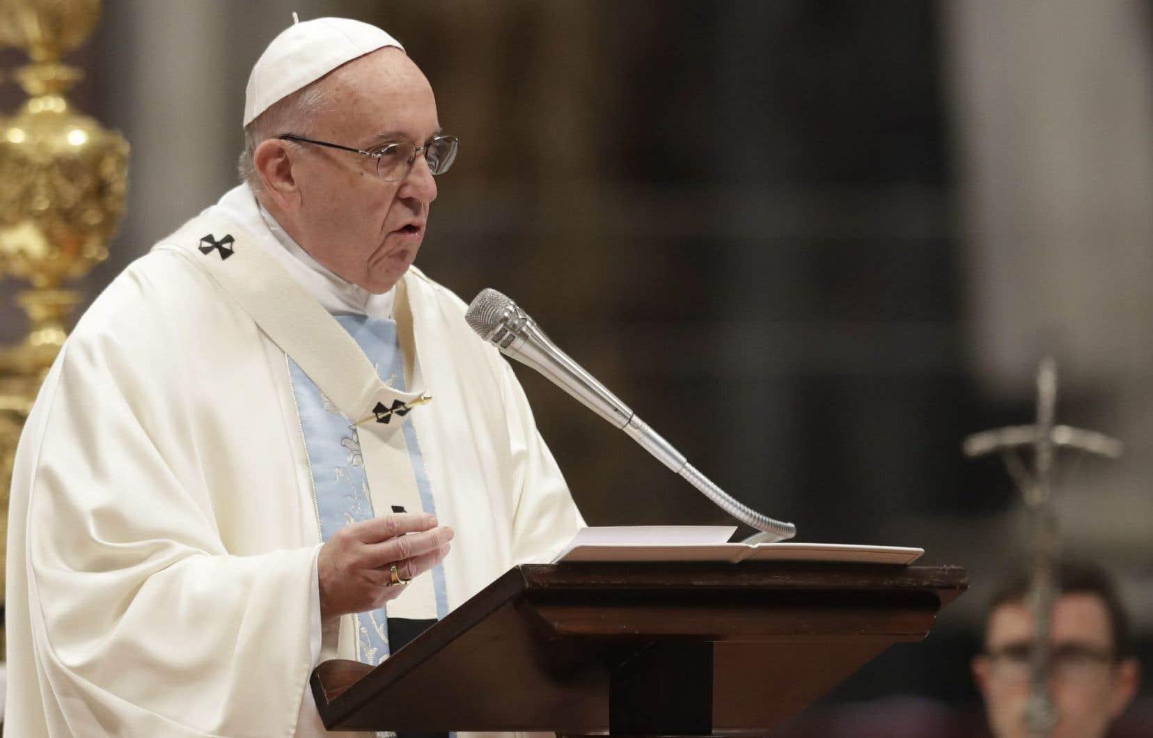 Le pape François a aussi plus généralement dénoncé dans sa missive «l'innocence brisée» des enfants.