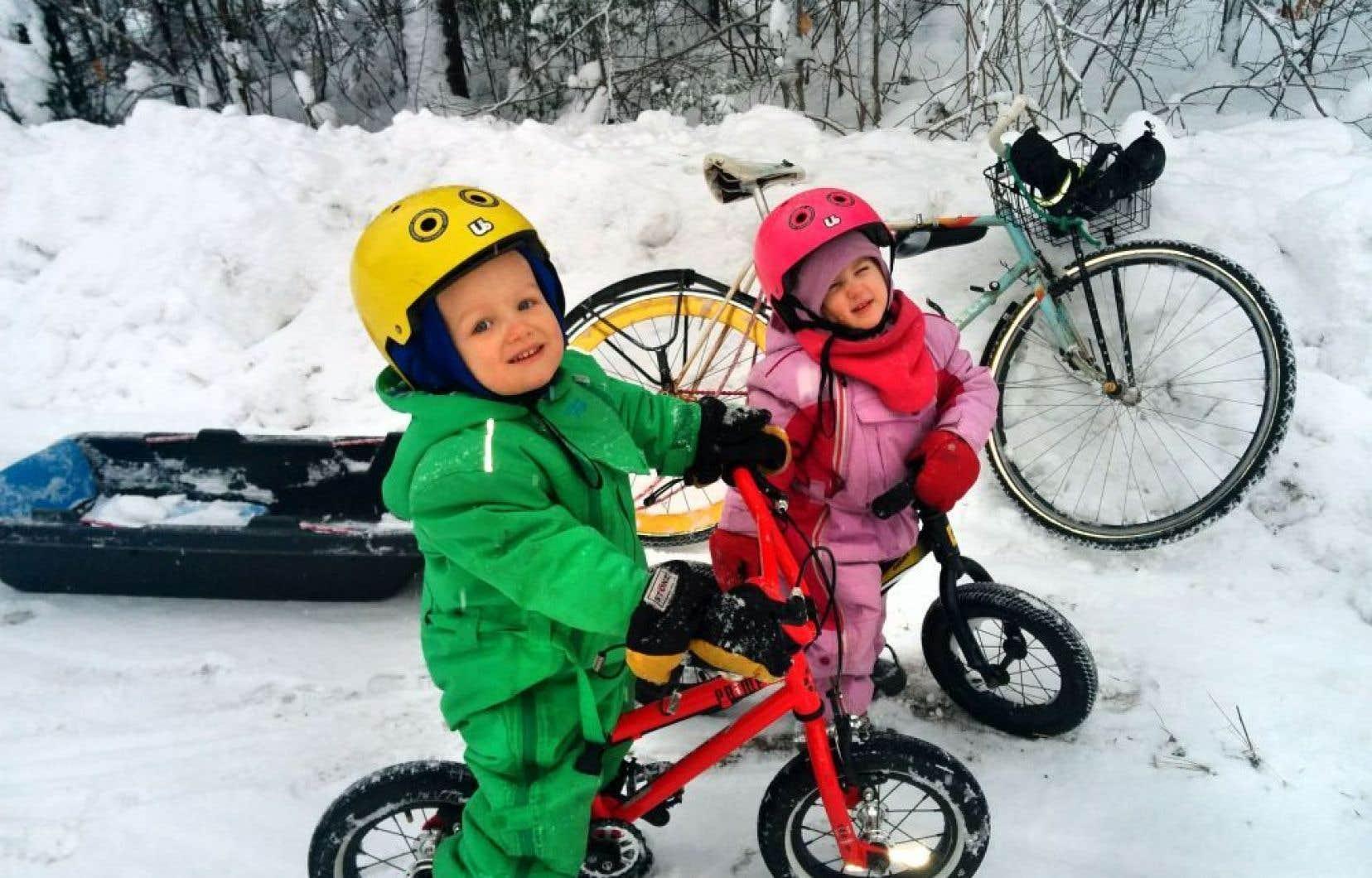 Léonard (4ans) et Zoralie (2ans) ont suivi l'exemple de leur père, David Viens, et s'adonnent désormais au vélo d'hiver.
