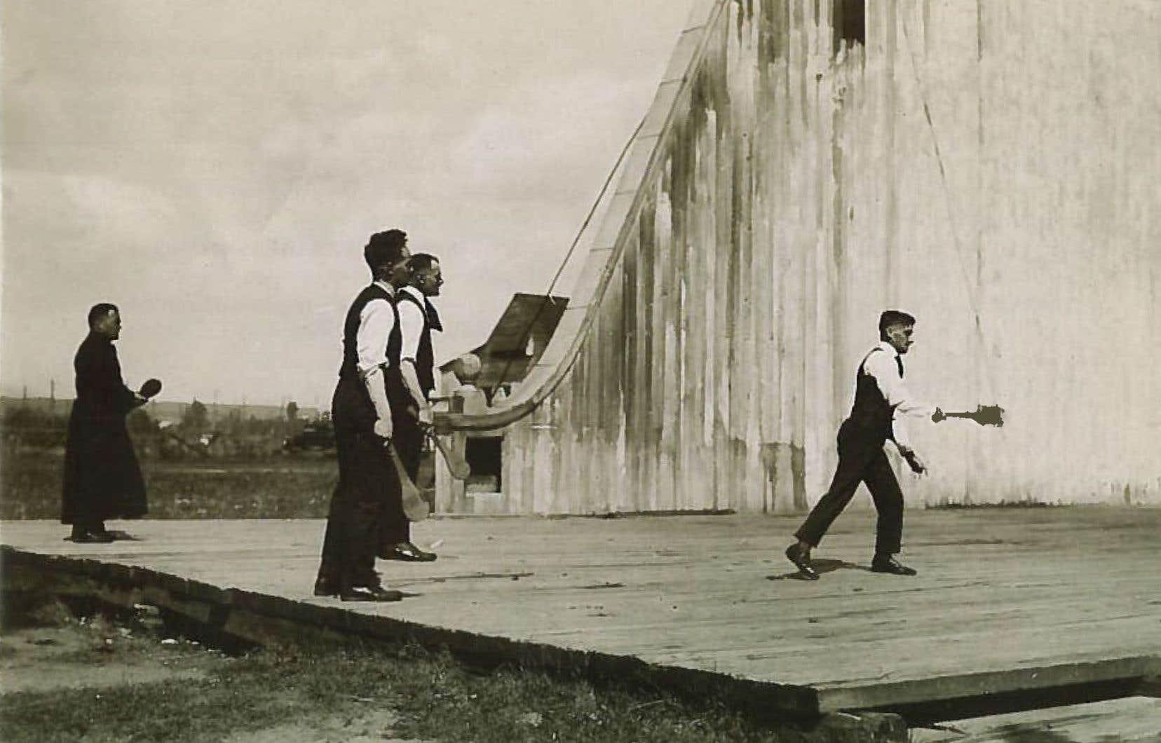 La balle au mur est pratiquée passionnément par les élèves des collèges classiques du Canada français, comme le montre cette très rare image croquée au début du XXe siècle.