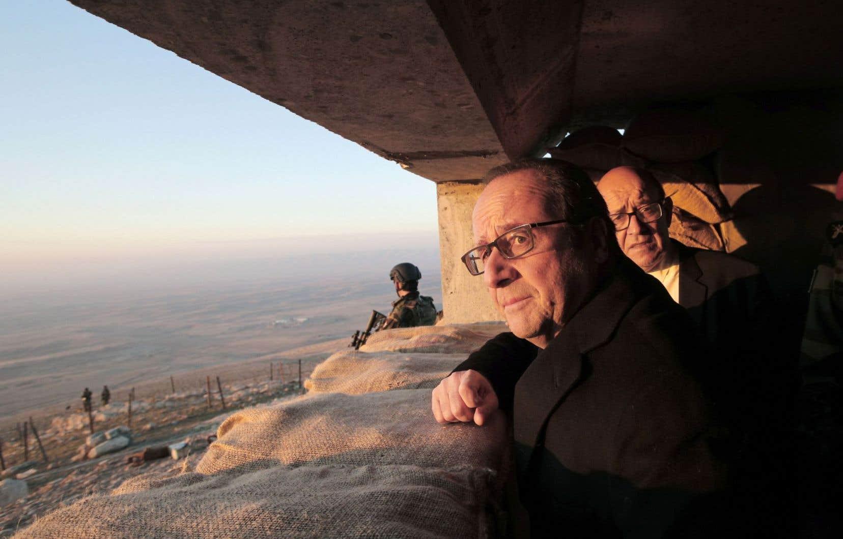 Le président français, François Hollande, a effectué une visite à proximité du théâtre des affrontements armés.