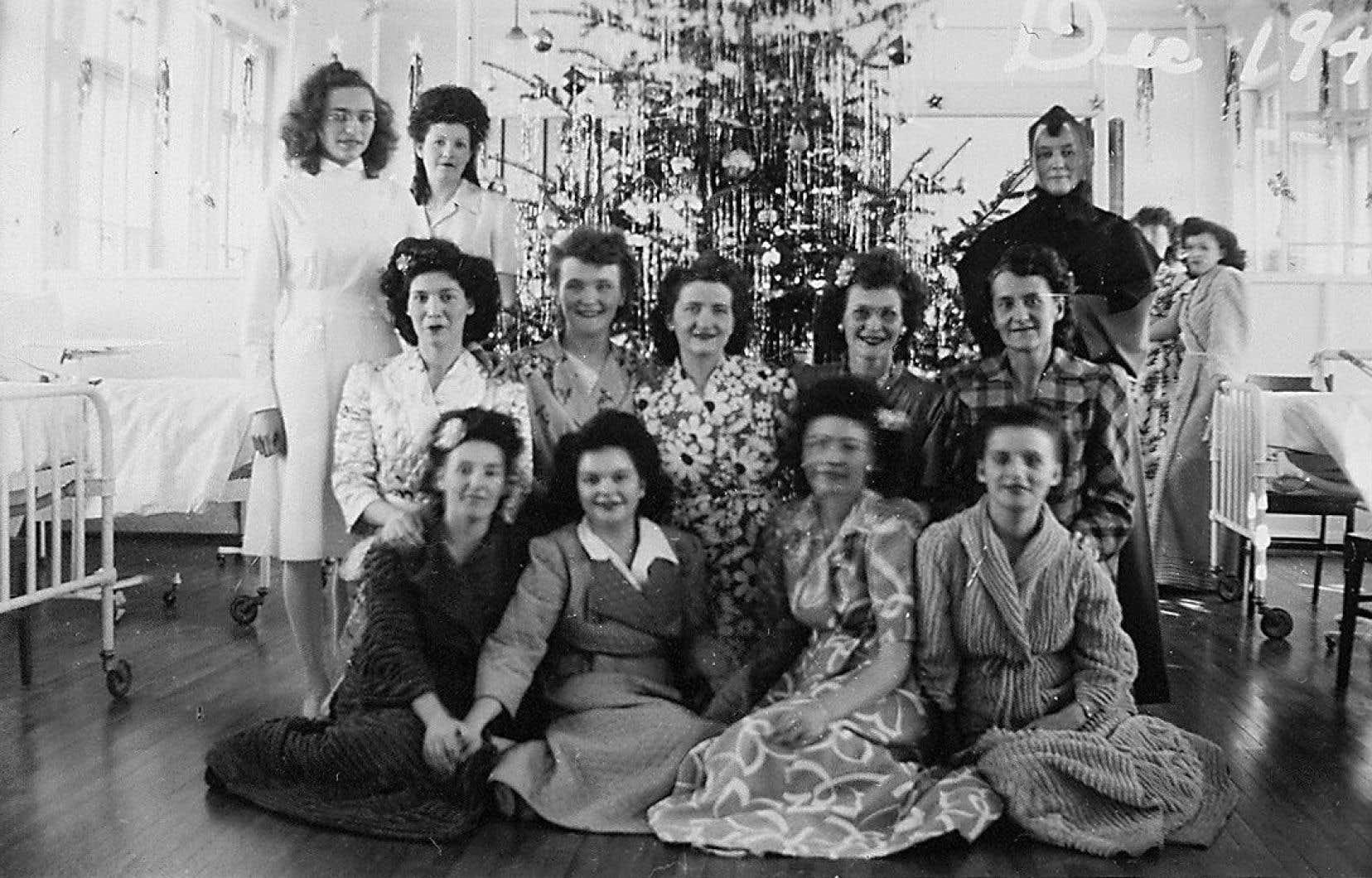 Noël 1946: des patientes atteintes de tuberculose posent devant le sapin à l'hôpital Laval.