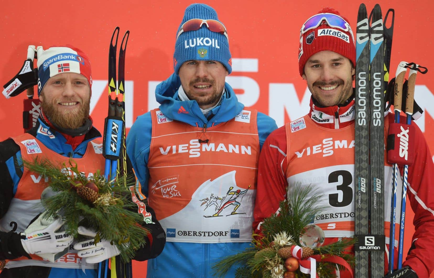 Le Norvégien Martin Johnsrud Sundby (2e), le Russe Sergey Ustiugov (1er) et le Canadien Alex Harvey (3e)