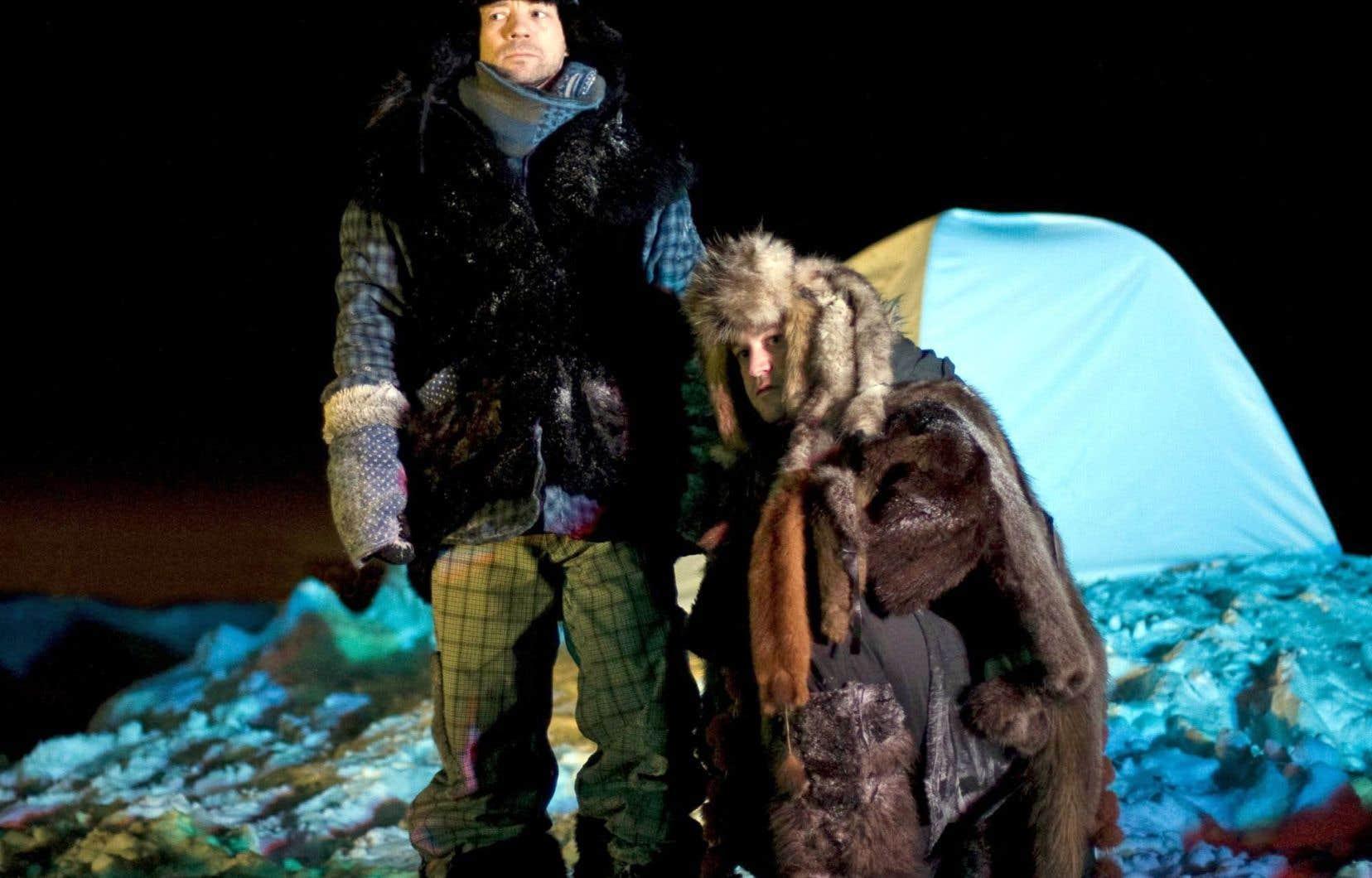 Une fenêtre sépare les acteurs, dehors dans la neige, des spectateurs au chaud à l'intérieur, dans «Agaguk» (2008) de Théâtre Sous Zéro.