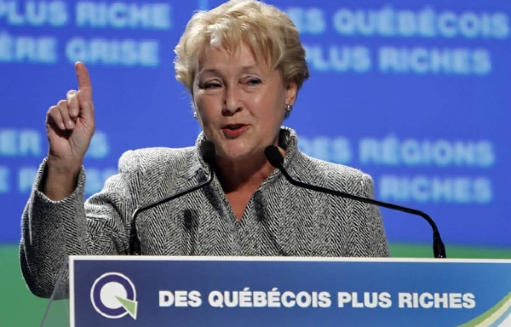 Pauline Marois s'adressant aux militants du Parti québécois, hier, lors de la clôture d'un colloque tenu à Lévis et ayant pour thème «Des Québécois plus riches». La rencontre a été l'occasion pour l'exécutif d'exclure le club politique SPQ Libre des rangs du parti.