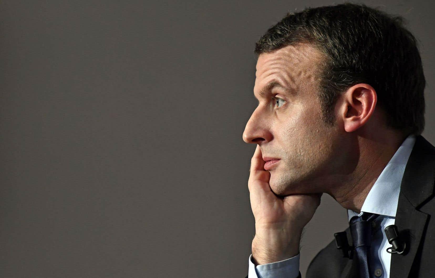 Considéré depuis plusieurs mois comme une créature médiatique, l'ancien banquier devenu conseiller de François Hollande, Emmanuel Macron, commence à inquiéter aussi bien à gauche qu'à droite.