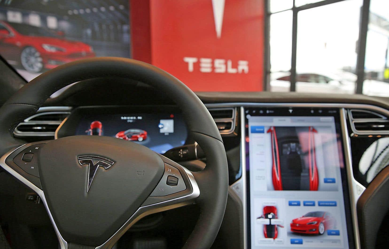 Tesla a commercialisé au Canada des modèles de voiture dotés de programmes pouvant permettre une conduite quasi autonome.