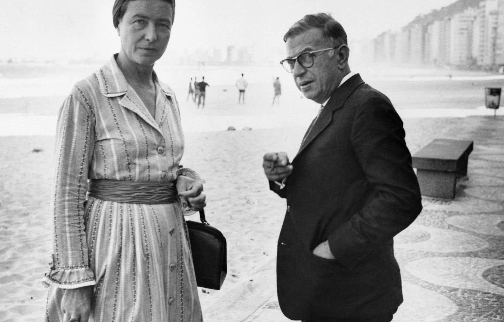 Simone de Beauvoir se promène avec Jean-Paul Sartre sur la plage de Copacabana, à Rio de Janeiro, au Brésil, le 21 septembre 1960.