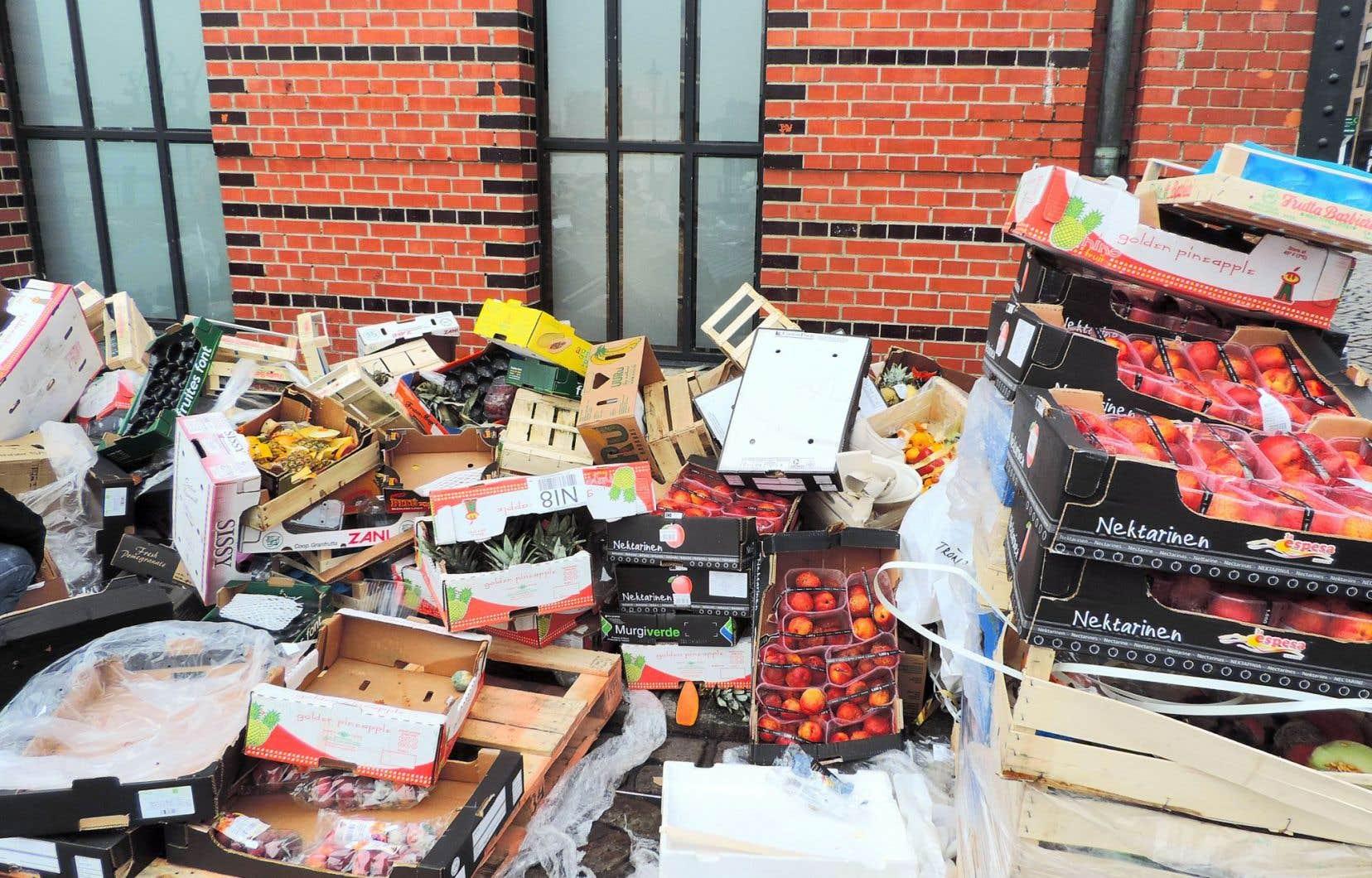 Après avoir longtemps fermé les yeux sur le gâchis mondialisé du gaspillage alimentaire, des acteurs de la grande bouffe ont décidé de mettre le nez dans cette poubelle sans fond.