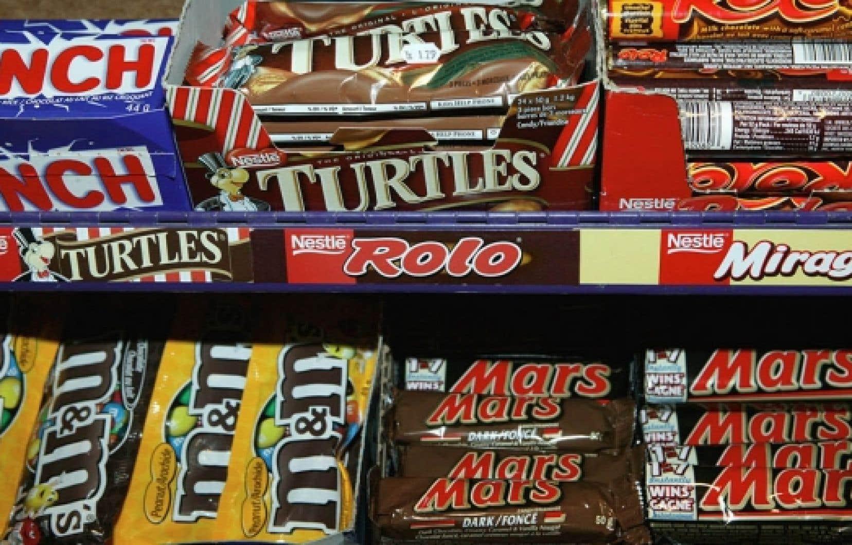Dans les trois dernières années, Nestlé a plus que doublé sa consommation d'huile de palme, qui entre dans la confection de plusieurs barres de chocolat comme substitut aux huiles végétales partiellement hydrogénées à l'origine de la formation des gras trans.