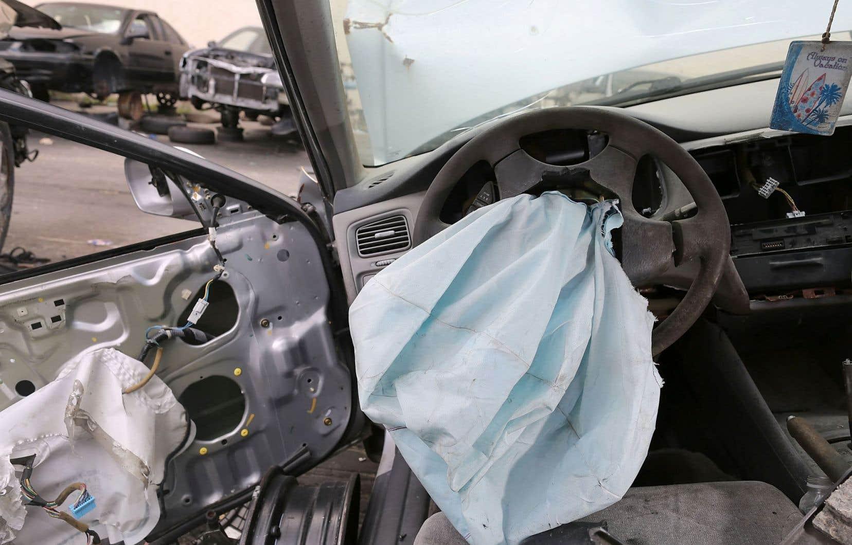 Certains des coussins gonflables sont susceptibles d'exploser inopinément en projetant des fragments sur le conducteur ou le passager.