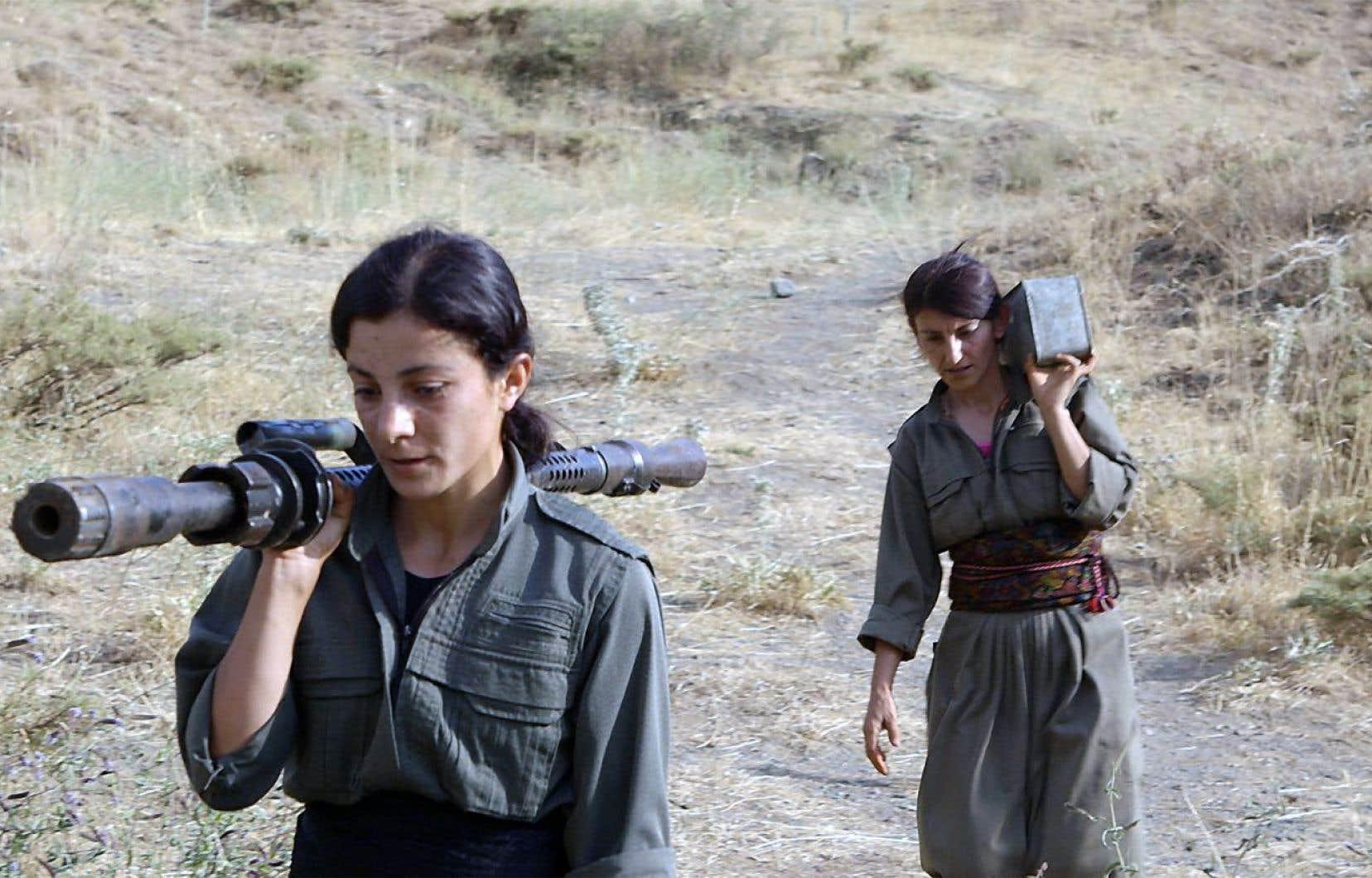 Deux combattantes kurdes transportant des armes dans «Gulîstan», terre de roses