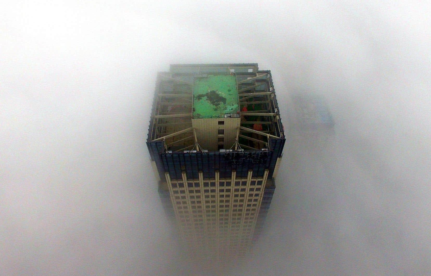 Un édifice de la ville de Yangzhou, en Chine, plongé dans un nuage de smog, exemple probant des risques environnementaux relevés par les experts