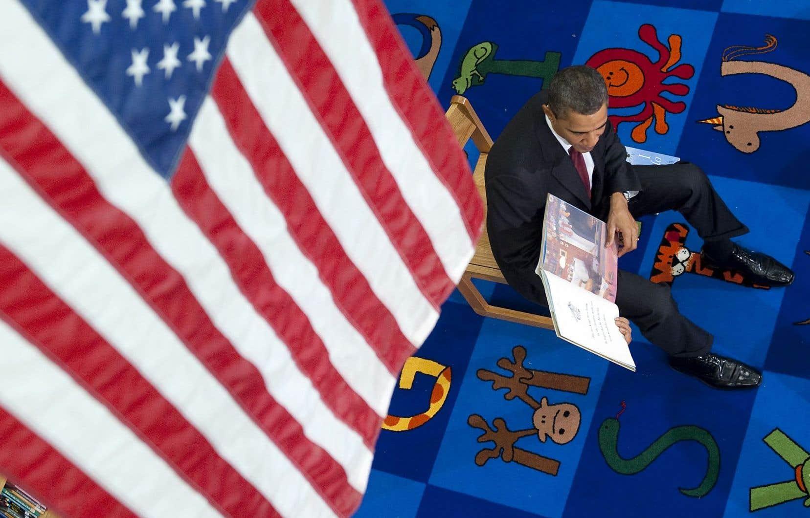 Barack Obama faisant la lecture à des enfants d'une école primaire