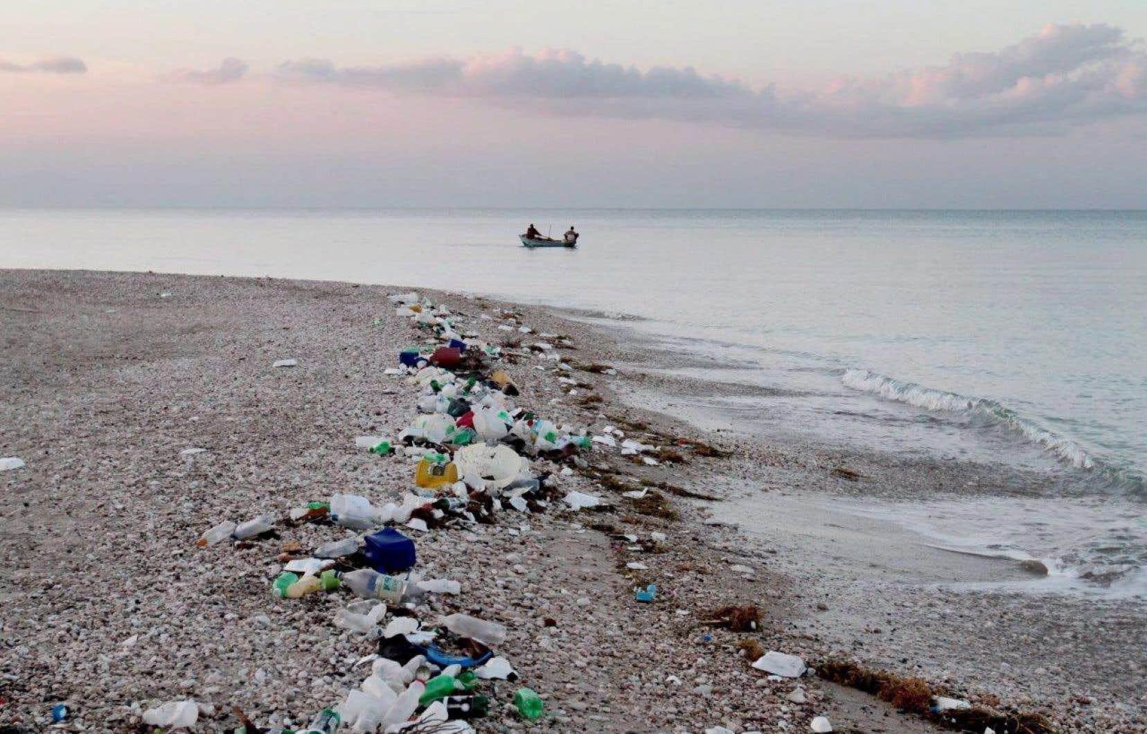 Près de 270000 tonnes de plastique flotteraient à la surface des océans et atteignent parfois les rives, comme ici, en Haïti.