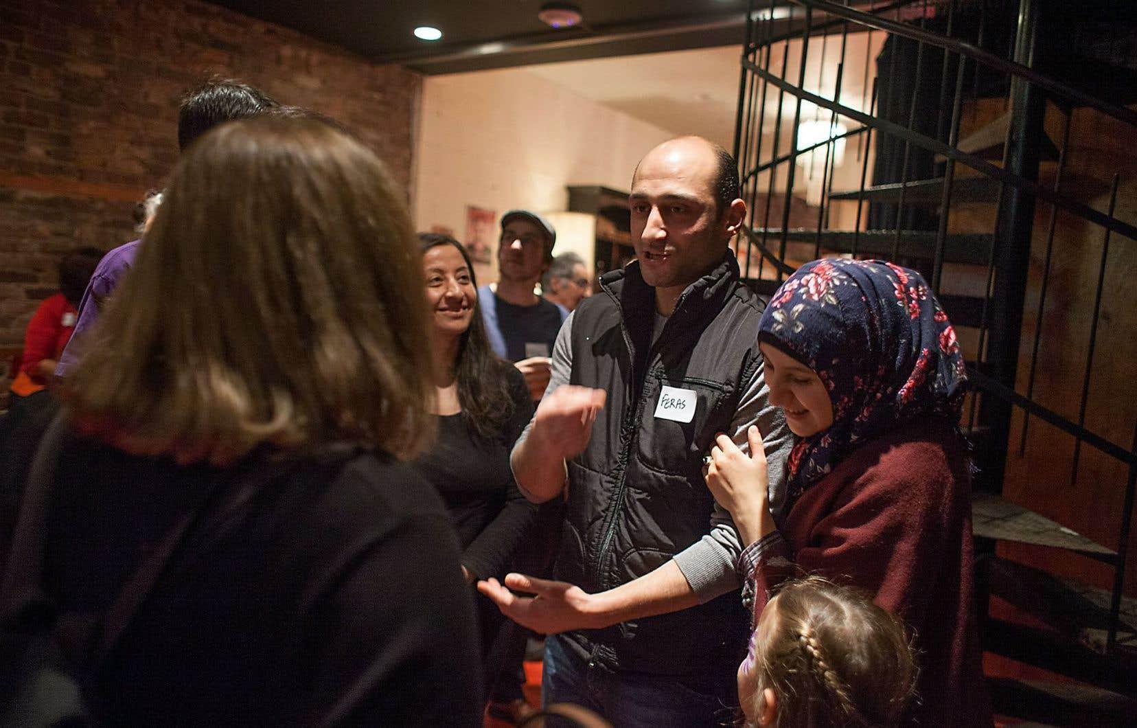 La famille Darwish (les parents, Feras et Marwa, au centre), originaire d'Alep, a été célébrée samedi au théâtre Sainte-Catherine entourée de plusieurs personnes qui ont contribué à assurer leur venue à Montréal.