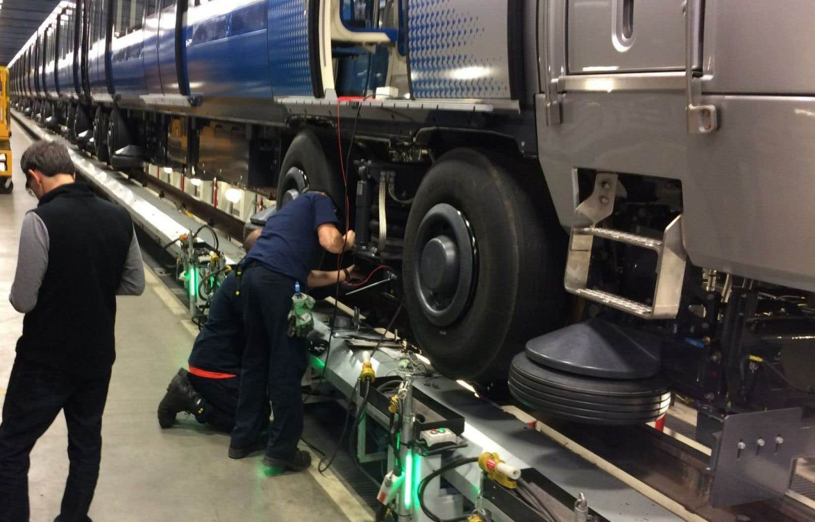 Des employés de la STM s'affairant sur un train Azur. D'autres tests seront réalisés jeudi aux heures de pointe du matin et du soir avec un train sans clientèle.