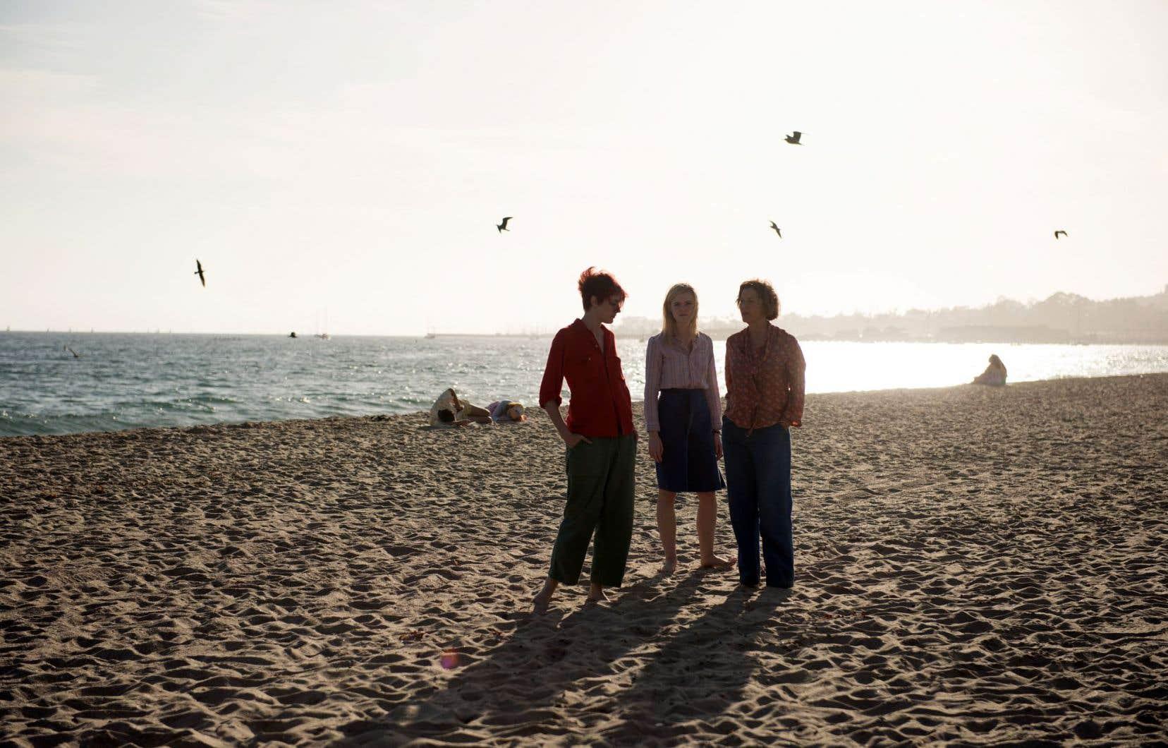 Les trois femmes qui entourent le jeune Jamie.