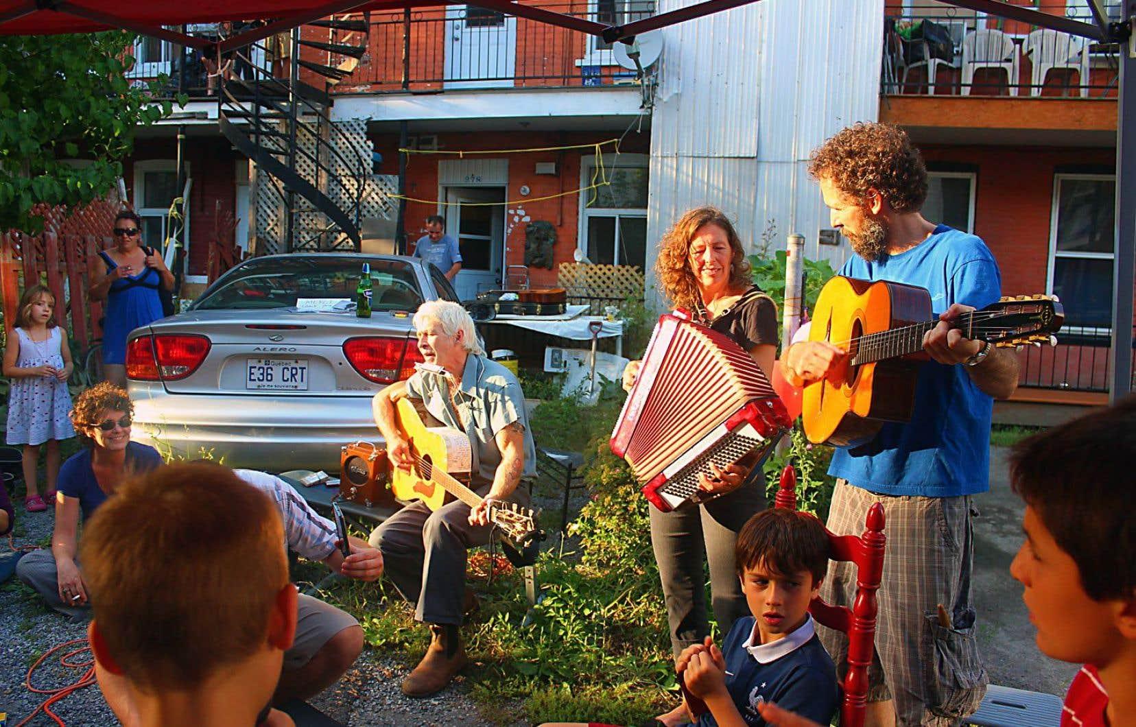 À Montréal, certaines ruelles débordent de vie et d'action. Les ruelles vertes deviennent des lieux de rassemblement et de jeu pour les enfants, en plus de combattre les îlots de chaleur. La situation est différente dans la capitale nationale.