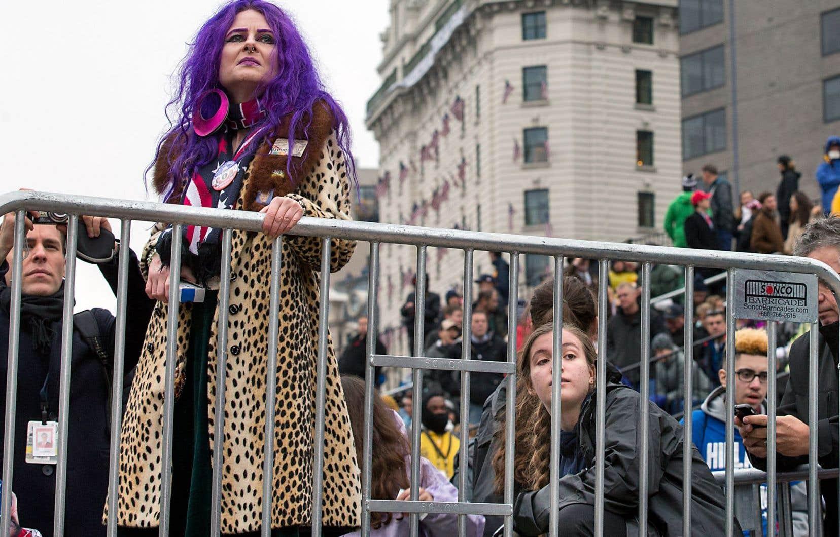 C'était un grand jour pour les partisans de Donald Trump, mais ceux-ci sont néanmoins restés posés, calmes, presque amorphes au cours de la journée. Ici, des Américains attendent le passage de leur nouveau président dans la parade de l'avenue Pennsylvania.