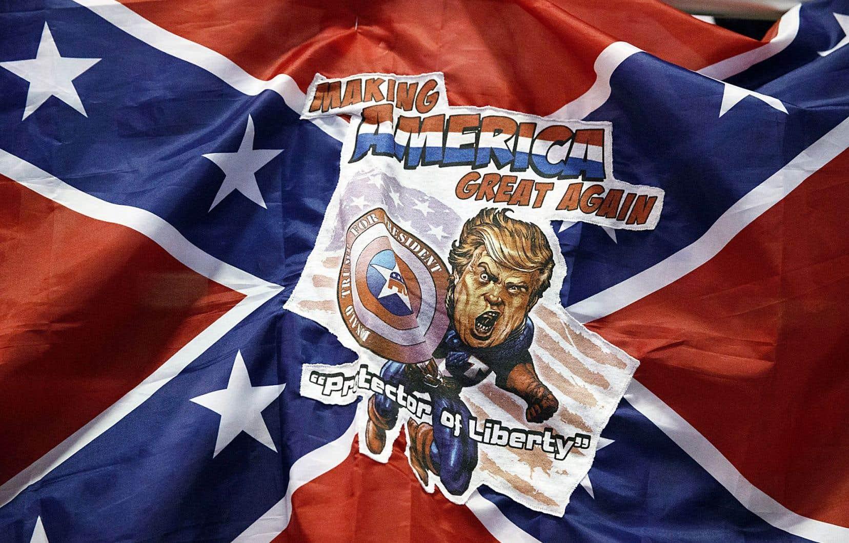 Une caricature de Donald Trump en «protecteur de la liberté» sur un drapeau confédéré à Jacksonville, en Floride
