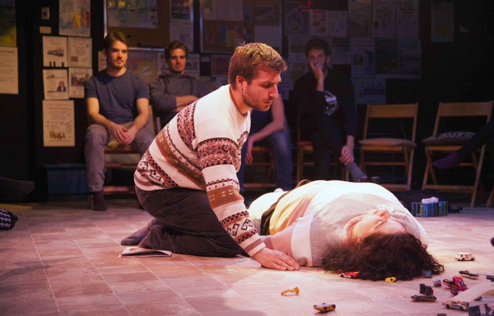 Une partie du public s'assoit à côté des deux acteurs de «Blink».