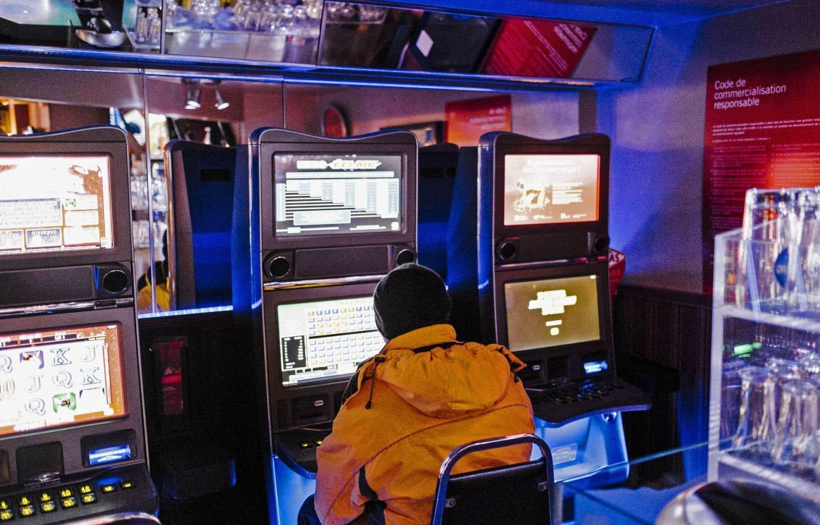 Loto-Québec s'engage à réduire de 11601 à 10500 le nombre d'appareils de loterie vidéo exploités au Québec.