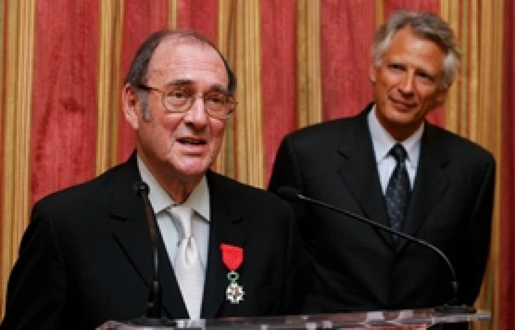 Harold Pinter a reçu la Légion d'honneur française des mains du premier ministre de l'époque Dominique de Villepin (à droite)  le 17 janvier 2007.