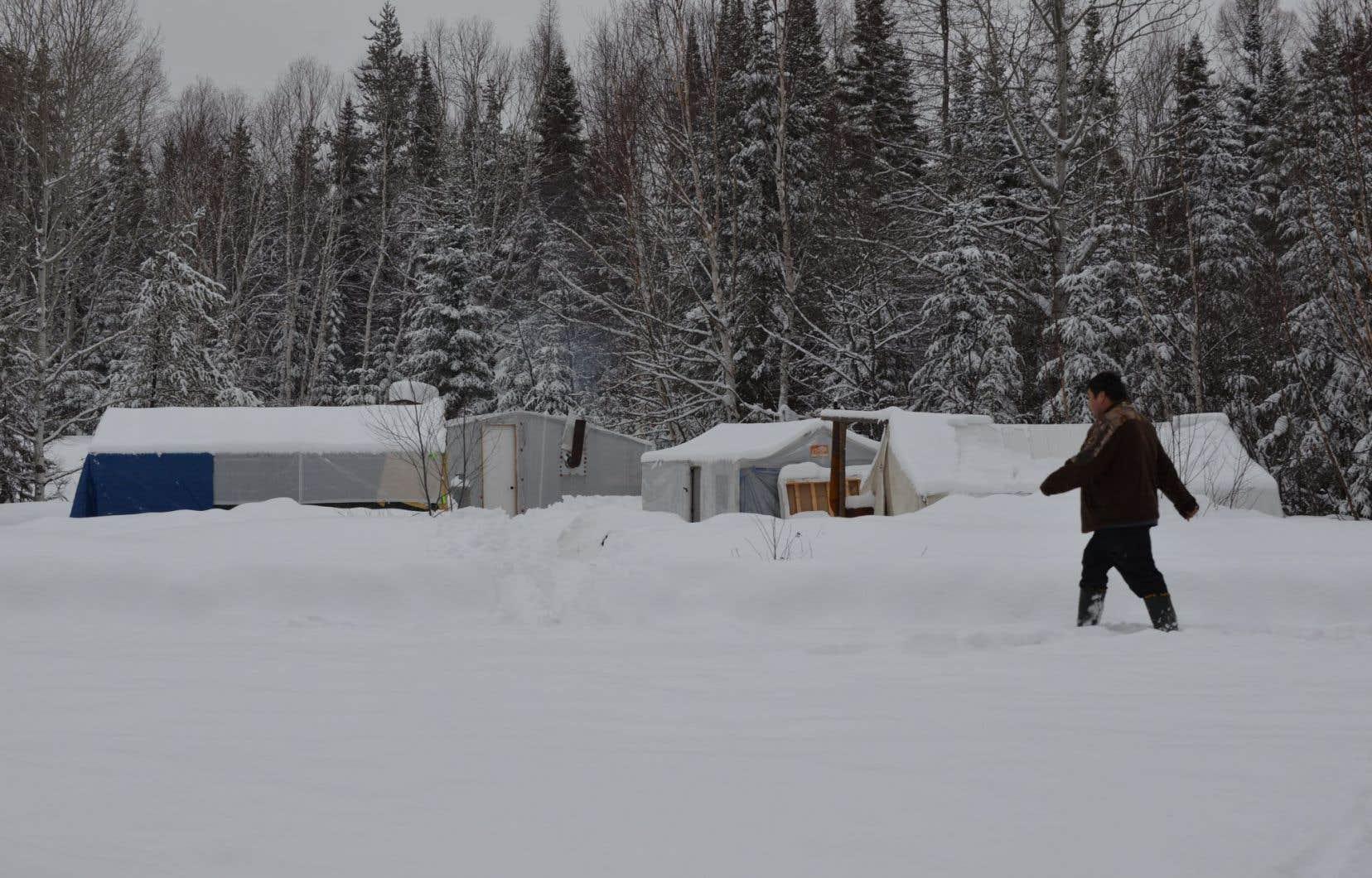 Les Algonquins de Lac-Barrière, dans le parc de La Vérendrye, avaient érigé cette semaine un campement aux abords du site où devaient avoir lieu les premiers travaux d'exploration.