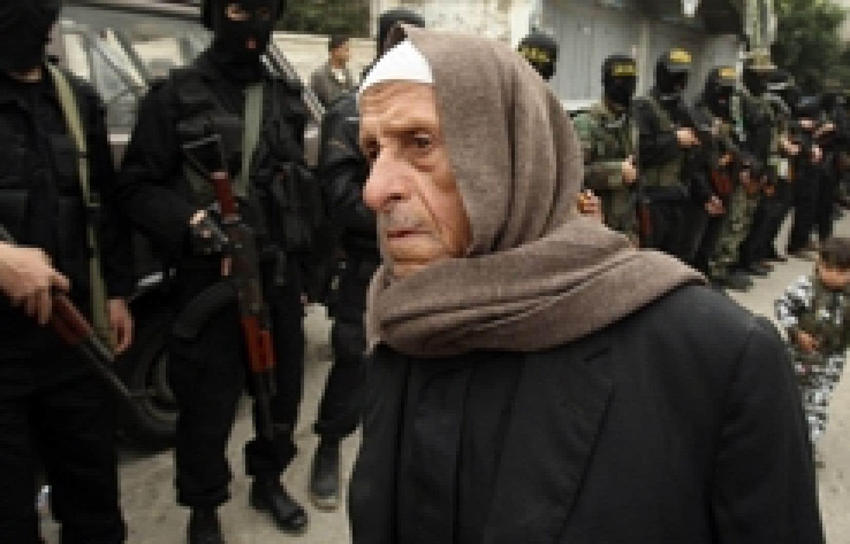 Ce Palestinien semblait perdu lors d'une manifestation anti-israélienne hier à Gaza.