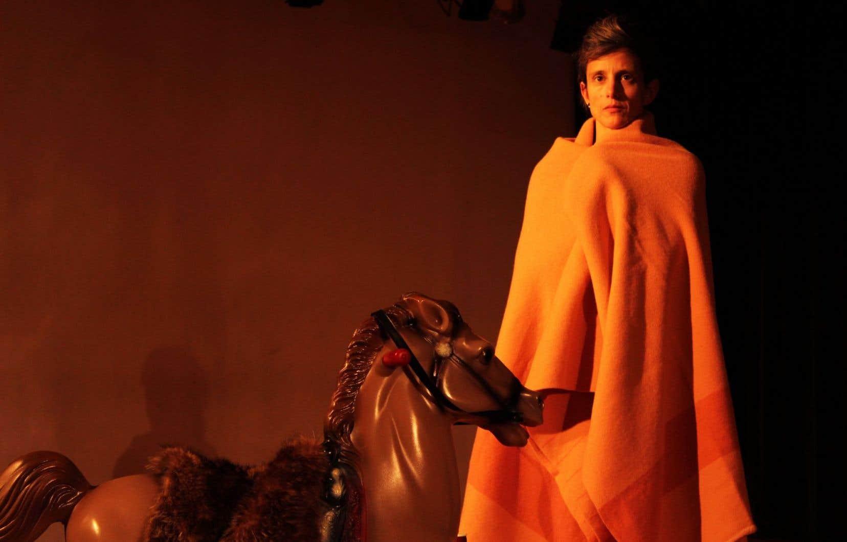 Hannah Sybillle Müller dans le remix de «transposition» par Lara Kramer.