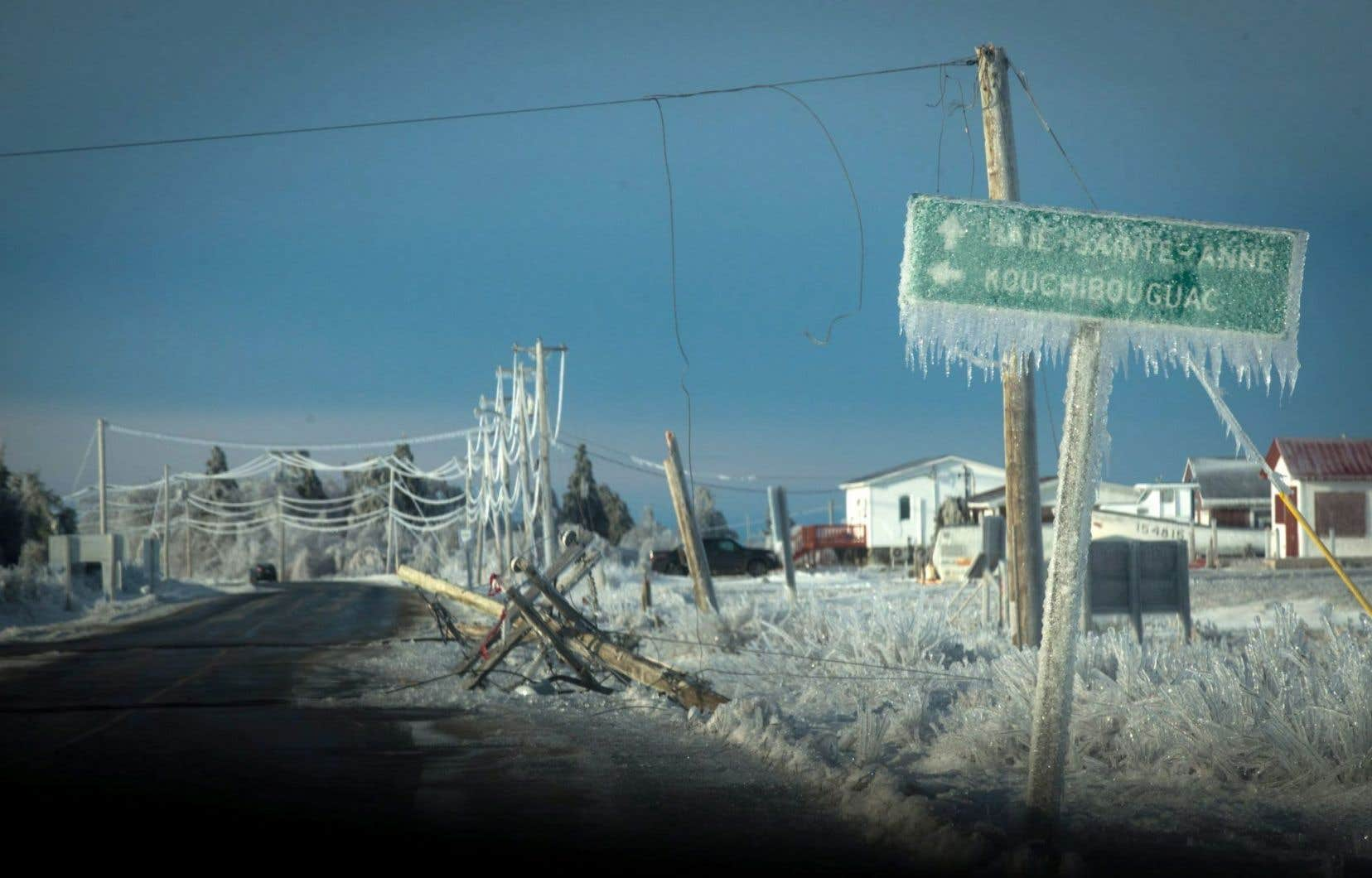 Plus de 25 000 foyers étaient toujours privés de courant dimanche, selon Énergie Nouveau-Brunswick.