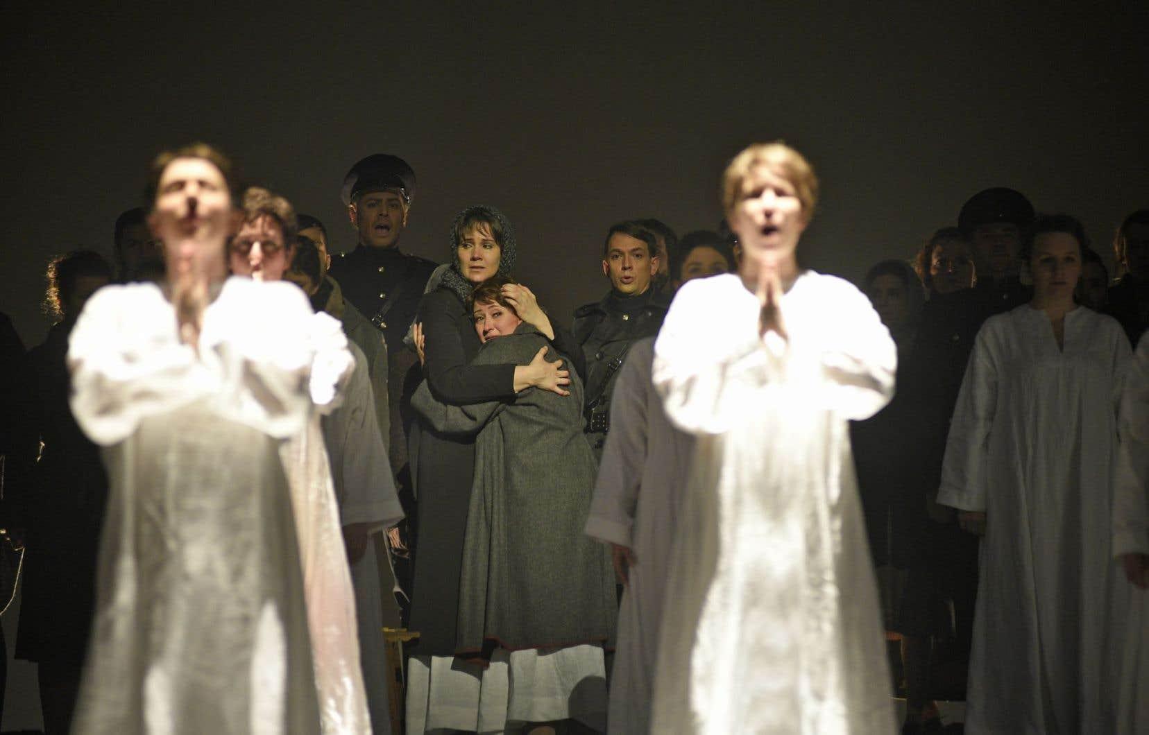 Mère Marie (Aidan Ferguson) enlace Blanche de la Force (Marianne Fiset) avant le sacrifice, cette dernière avec une expression d'effroi bien contraire à la femme «incroyablement calme» vue par Poulenc et Bernanos.