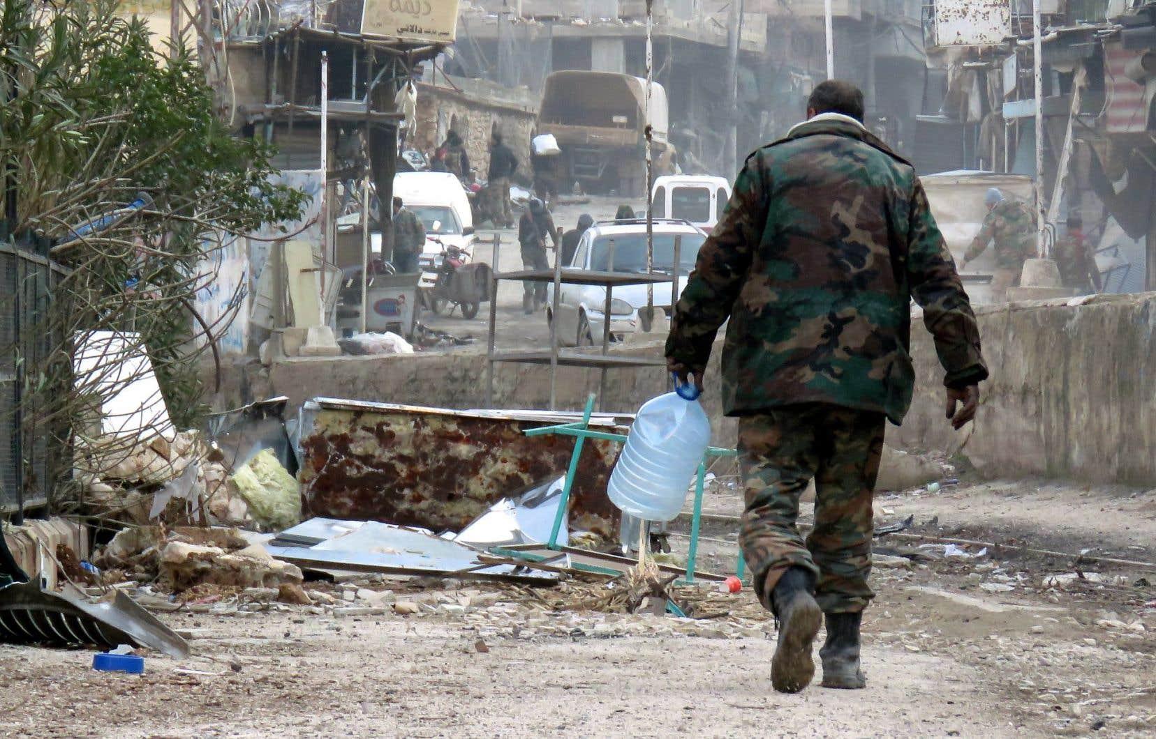 Un soldat de l'armée syrienne circulait dimanche dans Aïn al-Fijé, où la station de pompage est vitale pour l'alimentation en eau de Damas, qui a connu des pénuries.