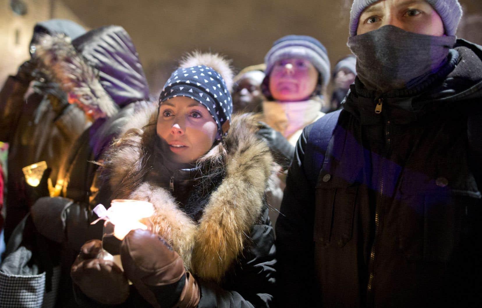 À Québec, des milliers de personnes ont participé à une veillée en mémoire des victimes de l'attentat qui a touché la capitale la veille.