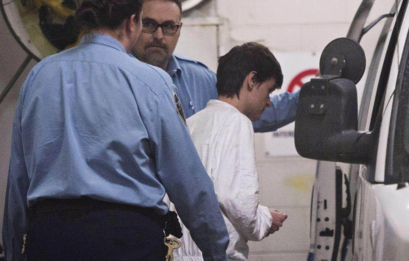 Le suspect, Alexandre Bissonnette, a été escorté par la police après sa brève comparution au palais de justice de Québec, lundi.
