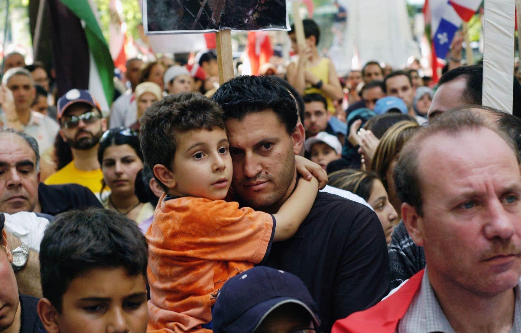 Manifestation de la communauté libanaise à Montréal contre les bombardements israéliens à l'endroit de leur pays d'origine, en juillet 2006