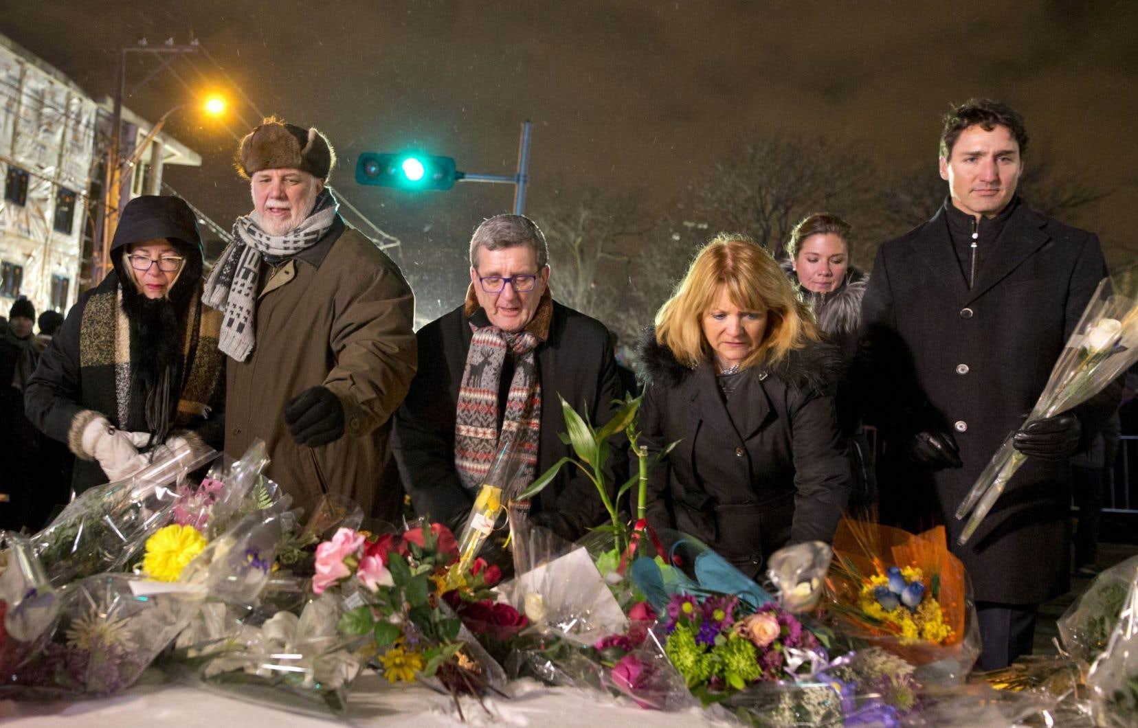 Le premier ministre du Québec, Philippe Couillard, le maire de Québec, Régis Labeaume, et le premier ministre du Canada, Justin Trudeau, ainsi que leurs conjointes respectives, Suzanne Pilote, Louise Vien et Sophie Grégoire, ont déposé des gerbes de fleurs près de la mosquée en hommage aux victimes.