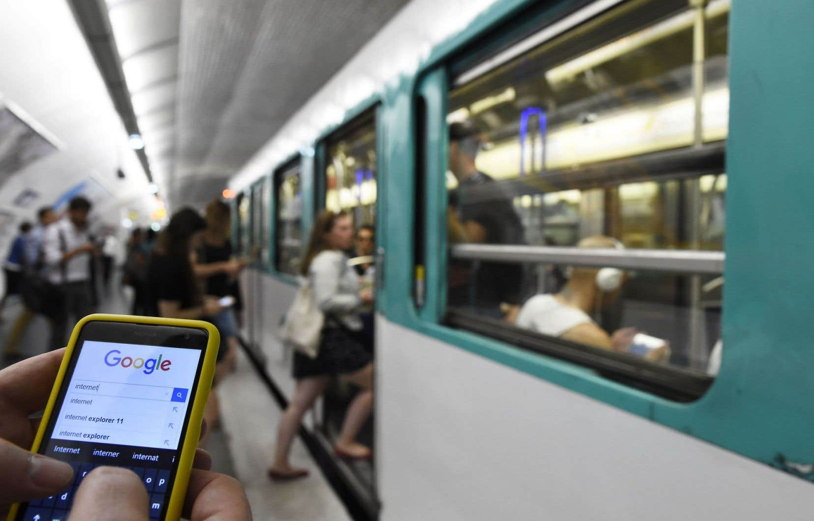 Les nouvelles règles permettront aux Européens d'utiliser leur téléphone mobile dans n'importe quel pays de l'UE.