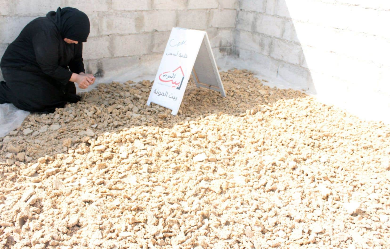 Hayfa nettoie le blé qui sera utilisé pour faire du kechek, une préparation de yogourt fermenté et de blé concassé qui fera partie du panier alimentaire.