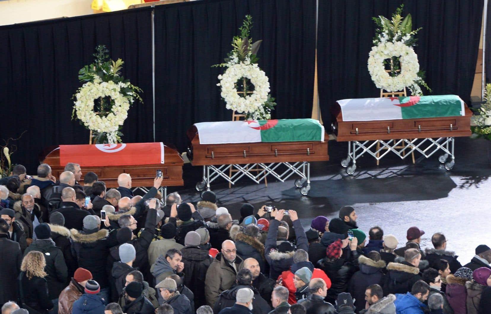 Les cercueils sont entourés de couronnes de fleurs blanches et recouverts du drapeau des pays d'origine des trois victimes, la Tunisie et l'Algérie.