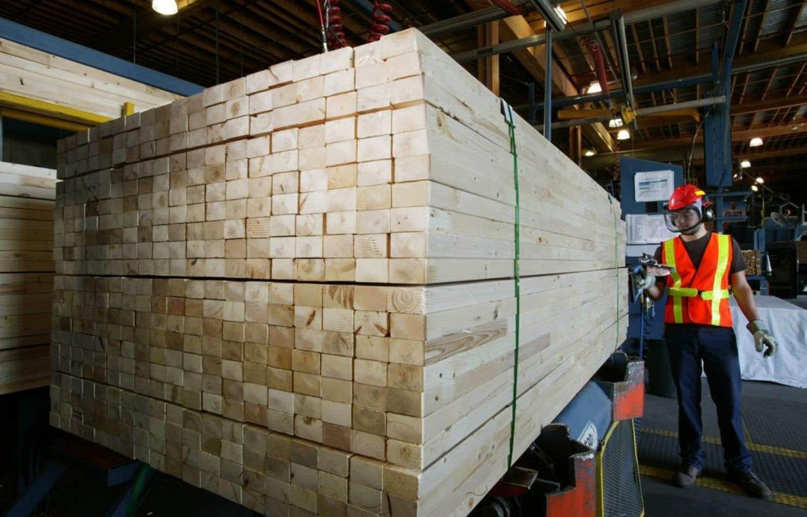 Résolu, autrefois connue comme AbtibiBowater, compte 19 usines de pâtes et papiers et 21 usines de produits du bois, comme le bois d'oeuvre et le bois d'ingénierie.