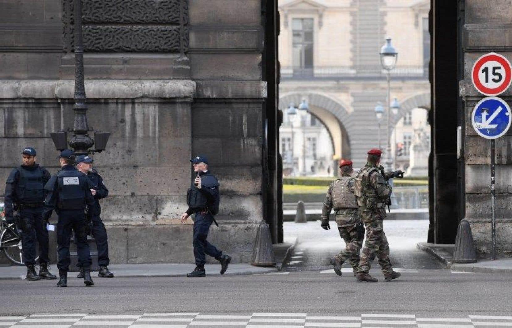 Des militaires ont été attaqués près du Musée du Louvre à Paris.