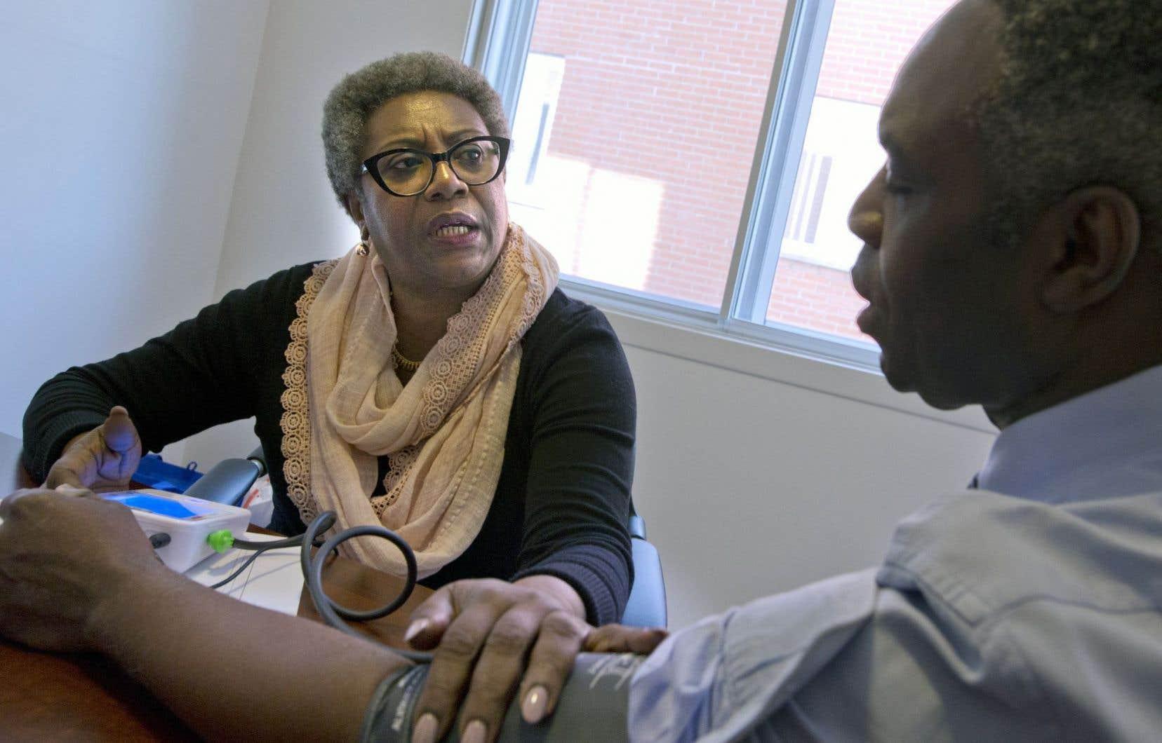Régine Laurent, la présidente de la Fédération interprofessionnelle de la santé (FIQ), prenait des mesures de pression sanguine, vendredi.